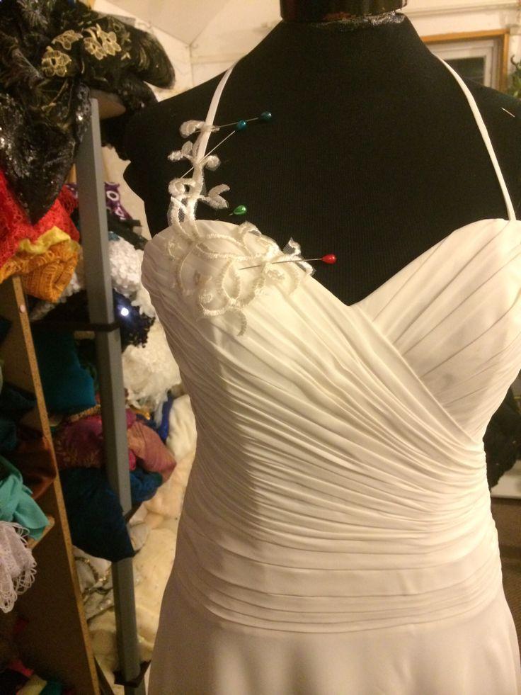 Trabajando en un vestido de novia plizado . Www.ninihuidobro.com