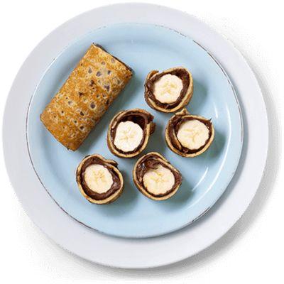 """""""Pannekaker med sjokoladepålegg og banan er verdens beste snacks eller dessert. Rull sammen og del i små sushibiter! Oppskrift på pannekaker med sjokolade."""""""