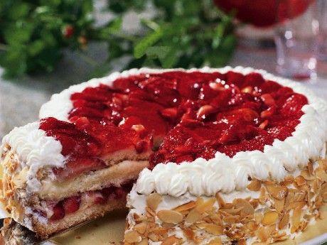 Med en hembakad tårtbotten når man också upp i en högre smakdivision än de färdigköpta. Tårtbottnar, eller anslag som de kallas, är lätta att göra och går bra att ha färdiga i frysen. Jordgubbar och en klassisk vaniljkräm blir fyllning. Gelétäckta jordgubbar på toppen ger tårtan ett proffsigt intryck.