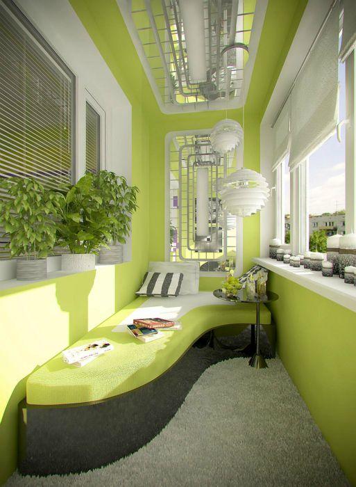 Если пространство позволяет можно разместить на лоджии яркий диван, на котором сможет разместиться большая компания.