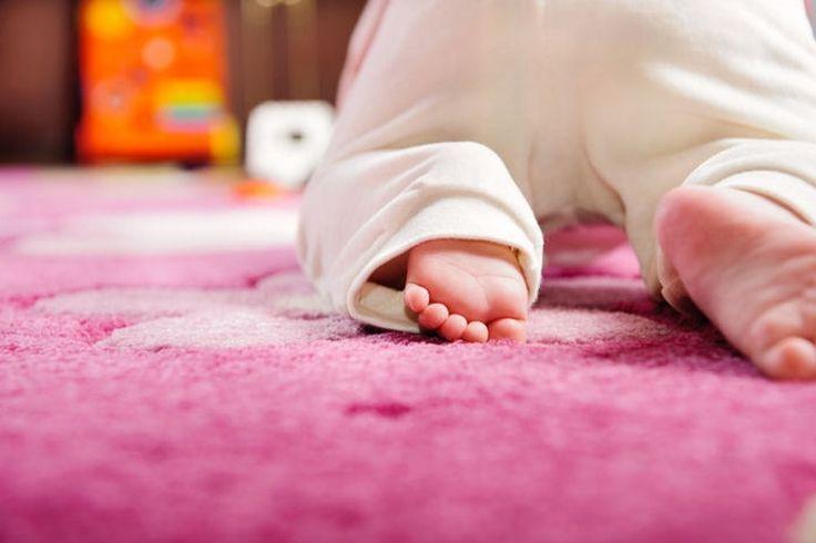 Apprendre à se déplacer de manière autonome est une des étapes les plus importantes du développement de bébé. Vers quel âge commence-t-il à ramper ? Comment l'aider à progresser ?...