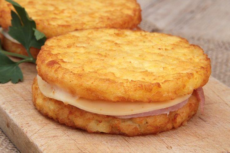 Gli hamburger di patate farciti sono sfiziosi e golosi, ottimi per sostituire i classici hamburger di carne. Il risultato sarà davvero irresistibile e piacerà anche ai più piccoli