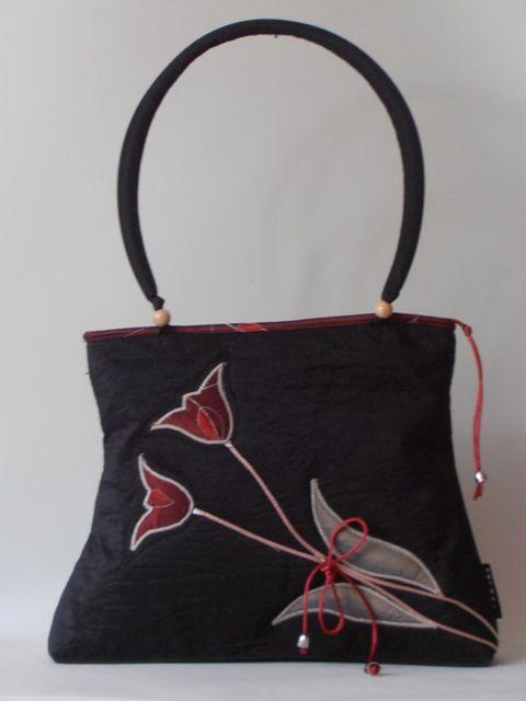 Egyszerû fekete taft táska, egyedileg applikált tulipán motívummal