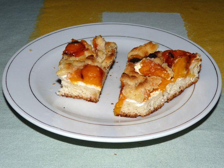 Meruňkový koláč s tvarohem má výraznou sladkokyselou chuť, která je mírněna sladkým tvarohem. Meruňkový koláč s tva