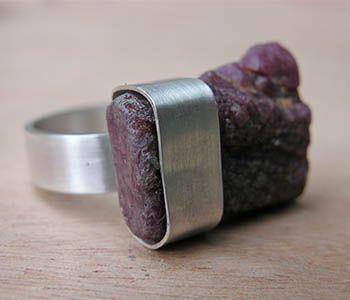 """Sterling zilveren ring met ruwe robijn. Ruby meet ongeveer 3/4 x 1 x 1/4 """". Maat 10."""