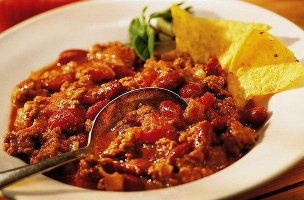 Chili con carne e fagioli - Classico della cucina tex-mex, il chili con carne è uno stufato piccante di carne di manzo con fagioli, pomodori, peperoni e peperoncini.