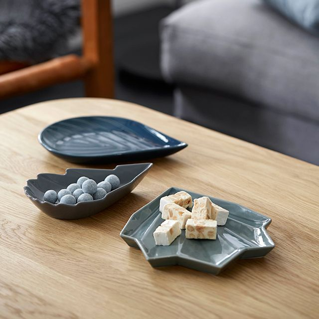 The distinctive leaf shapes are reminiscent of rustling leaves on the forest floor, while the shiny glaze resembles the beautiful patterns of rime frost.