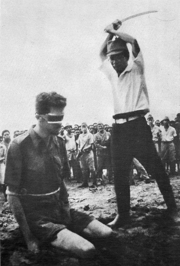 Último instante del soldado australiano Leonard Siffleet, enviado a Papua Nueva Guinea en 1943 para luchar contra el Ejército japonés. En octubre de 1943 Siffleet y otros dos compatriotas fueron capturados por aborígenes, quienes los entregaron a los japoneses. Después de dos semanas de torturas e interrogatorios los militares fueron decapitados ante una multitud compuesta por japoneses y nativos.