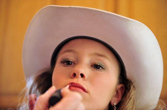 Concursos de belleza infantil, minidiscotecas, muñecas tumbadas en cabinas de rayos UVA, sujetadores con relleno para crías, niñas de anuncio pintadas de mujer y un spa con manicur