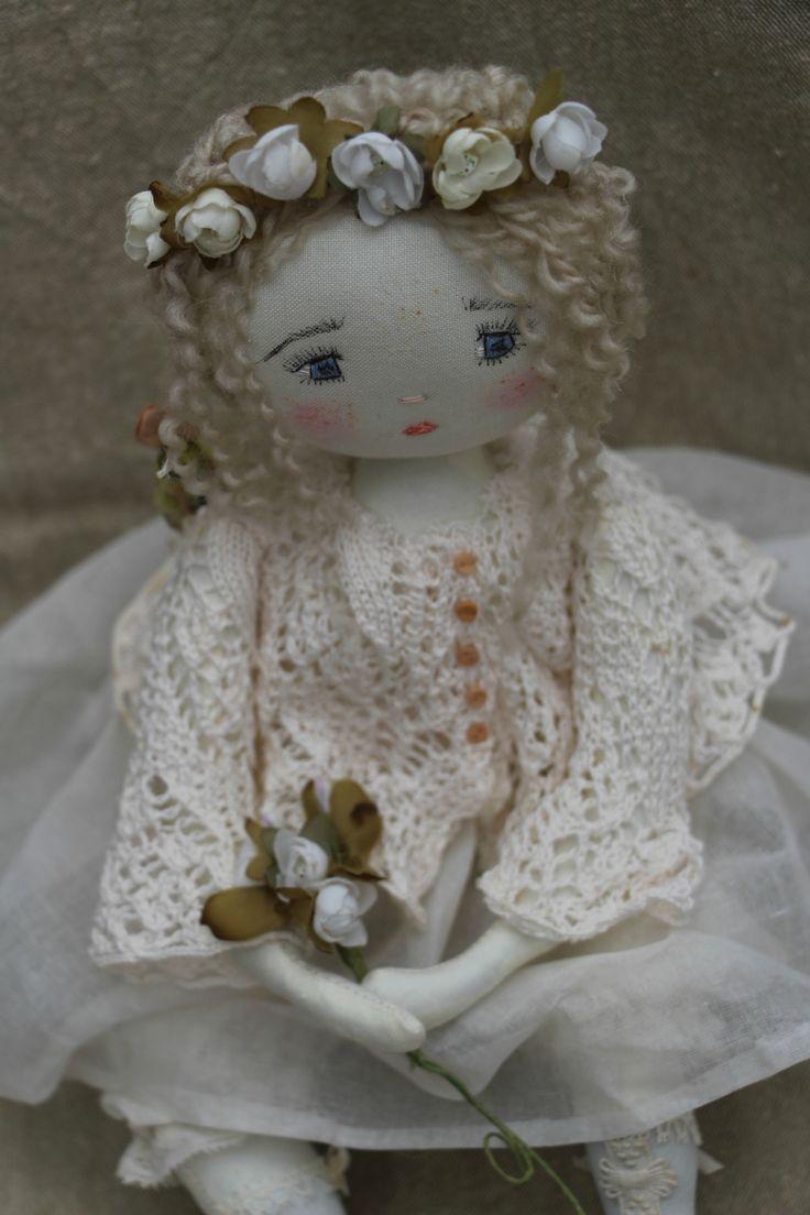 Constance et son petit air de première communiante..trés sage...(35cm) - Le Jardin des Farfalous