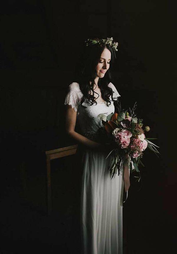 Fille avec un bouquet de mariée original