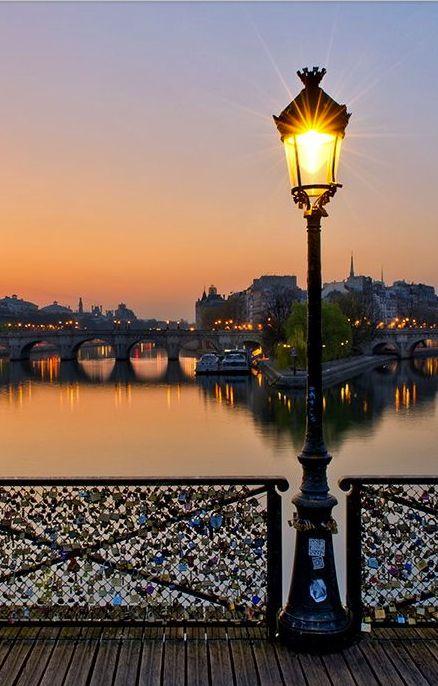 Pont des Arts à Paris qui traverse la Seine