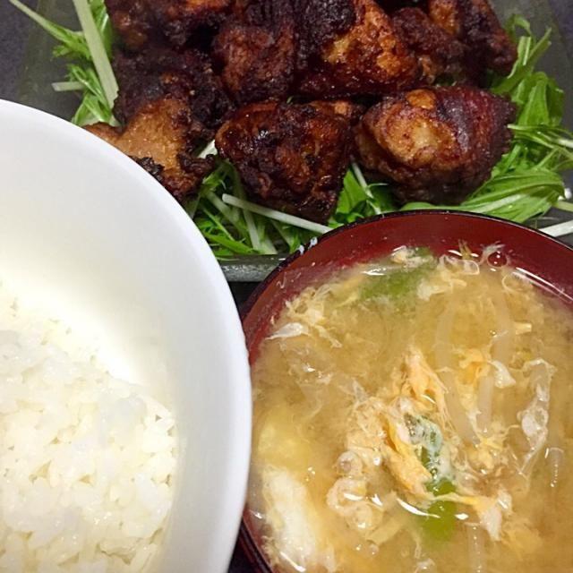 お腹いっぱいぱいなので、現在お腹を伸ばしている #夕飯 - 6件のもぐもぐ - 鳥唐揚げ、白米、玉子ネギもやし味噌汁、水菜 by ms903