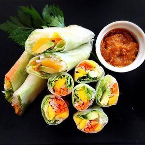 ピーナッツソースが絶品!【アボカドとマンゴーのサラダ生春巻き】 by Little Darling (佐々木 美恵)さん | レシピブログ - 料理ブログのレシピ満載! 女性に人気の生春巻きをマンゴーとアボカドでヘルシーなサラダ風に。 絶品ソースは「彩りやさい」とピーナッツバターソースで簡単   材料 (2人分) ライスペーパー 4枚 レタス 1枚 きゅうり...