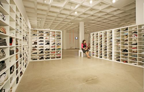 Adam Chodzko M-path, 2005-2007 300 paia di scarpe, scaffali, volantini/ 300 pairs of shoes, shelves, flyers dimensioni variabili / variable dimensions installaz.