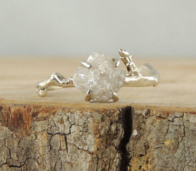 Anillo de compromiso poco convencional con diamante en bruto y oro reciclado - Foto Etsy
