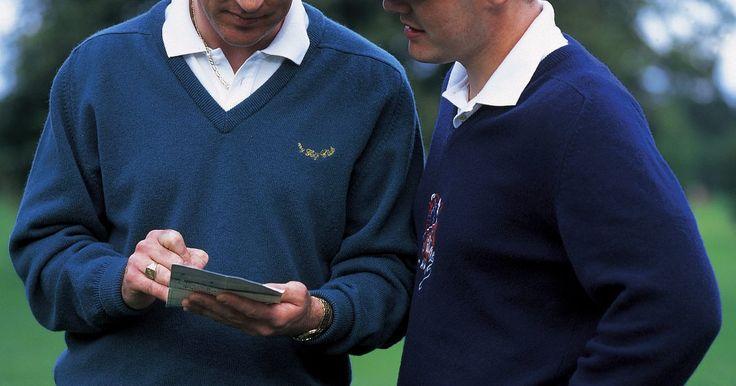 ¿Cuánto gana un caddie de golf profesional? . Los caddies pasan largos días acarreando bolsas de golf en todo el campo, controlando a las multitudes, observando el viento y sirviendo de psicólogo del golfista. El trabajo puede ser muy lucrativo para los que trabajan con los mejores golfistas. Muchos caddies profesionales ganan hasta seis cifras en apenas más de la mitad del año.