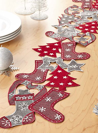 Exclusivité Simons Maison     Magnifique chemin de table dans l'esprit traditionnel des fêtes avec sa broderie de sapins, de chaussettes de Noël, de coeurs et d'étoiles pour une allure chic moderne à la salle à manger.    Tissage 100% polyester de qualité supérieure   Entretien sans souci   20x140 cm