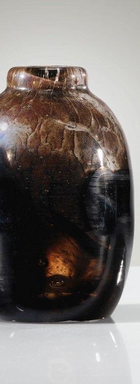 Henri Navarre 1885 - 1971 VASE BOUTEILLE, VERS 1930 AN INTERNALLY DECORATED GLASS VASE BY HENRI NAVARRE, CIRCA 1930. SIGNED AND NUMBERED verre transparent, à décor interne brun Signé Navarre et numéroté 357 gravé au revers Hauteur : 15 cm (5 7/8 in.)