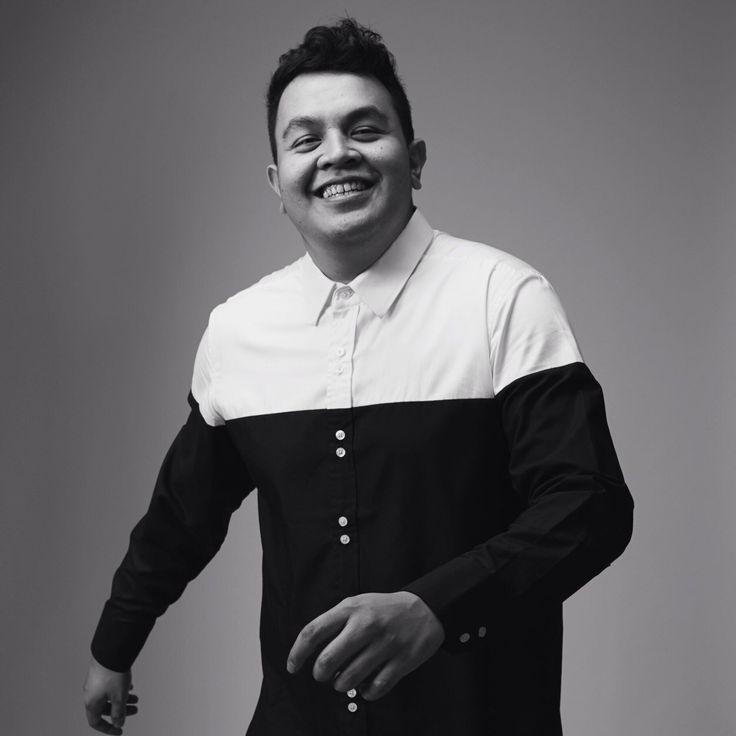 Tulus adalah seorang penyanyi dan pencipta lagu berkebangsaan Indonesia yang berdomisili di Bandung. Lagu-lagunya seperti Sewindu, Teman Hidup, Kisah Sebentar, Tuan Nona Kesepian, dan Jatuh Cinta, merajai chart-chart di radio-radio di seluruh Indonesia. saksikan performance nya di Soundsfair 2014 pada tanggal 24,25,26 Oktober di Jakarta Convention Center.