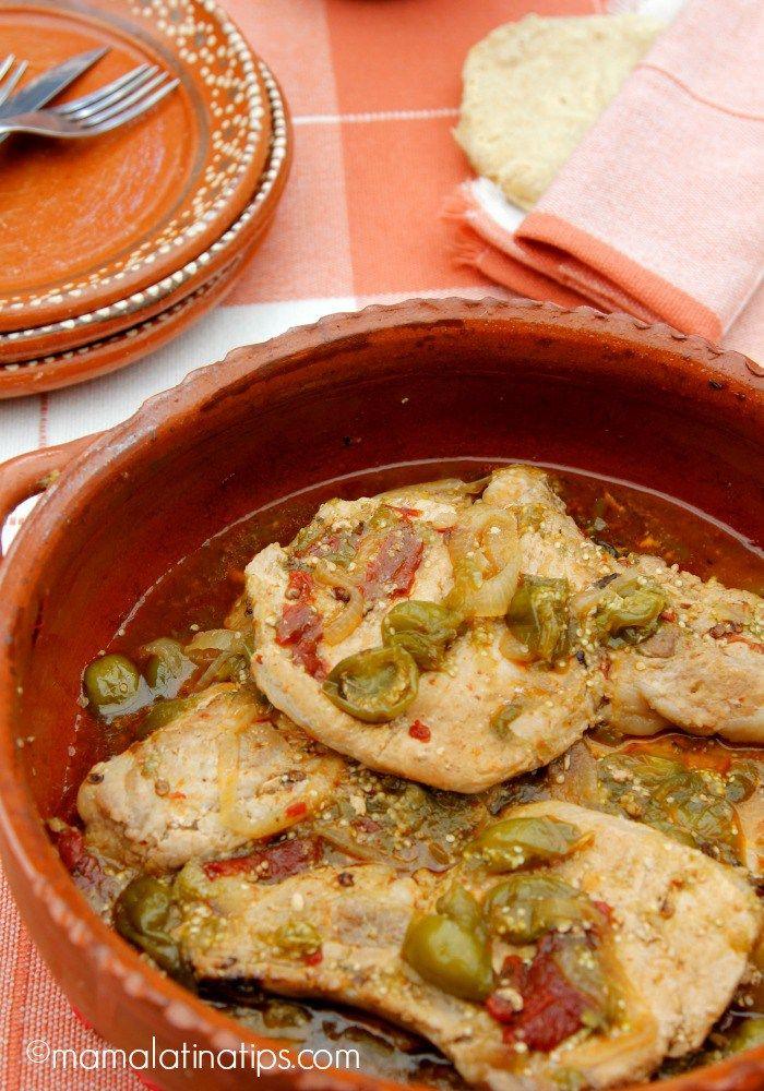 Estas chuletas de cerdo entomatadas son el platillo perfecto para tus fiestas familiares. Sólo necesitas 6 ingredientes y menos de una hora. Sírvelas con tortillas calientes y frijoles. Receta en mamalatinatips.com/es #ad #SabrososMomentos