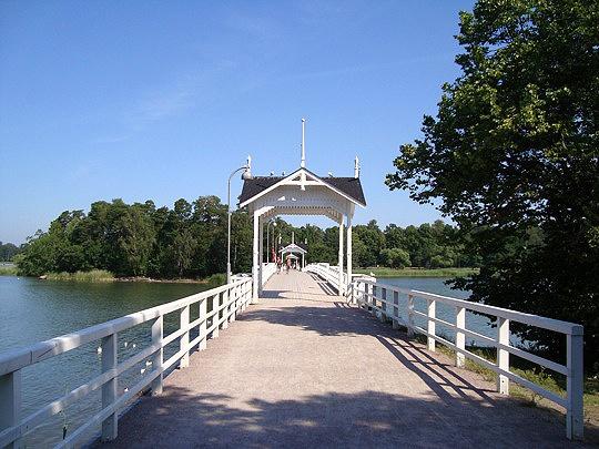 Seurasaari on suosittu ulkoilupuisto, jossa sijaitsee kaikkien suomalaisten tuntema ulkoilmamuseo.