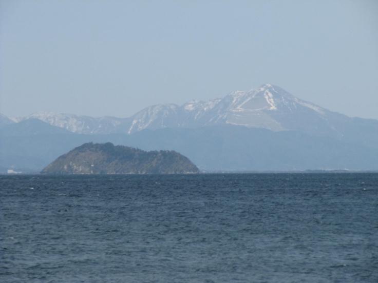 今津浜から望む竹生島と伊吹山