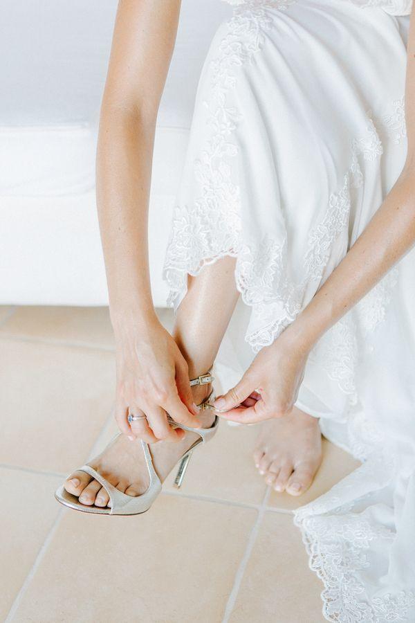 Brautschuhe von Jimmy Choo   Mehr zu dieser Real Wedding auf http://www.hochzeitsplaza.de/real-weddings/annette-und-jamies-paradiesische-hochzeit-auf-kreta   HannaMonika Wedding Photography   #hochzeit #realwedding #love #inspiration #brautChoo #brautschuhe #silber