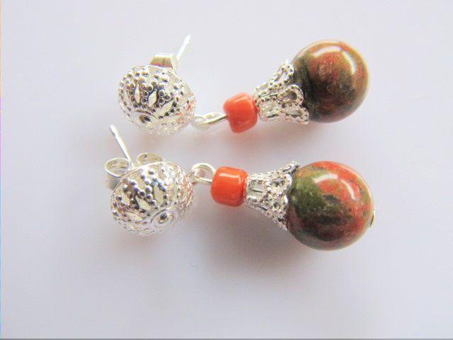 Oorbellen Henneke unakiet met oranje koraal en filigrain kralenkapje en oorsteker. geheel verzilverd