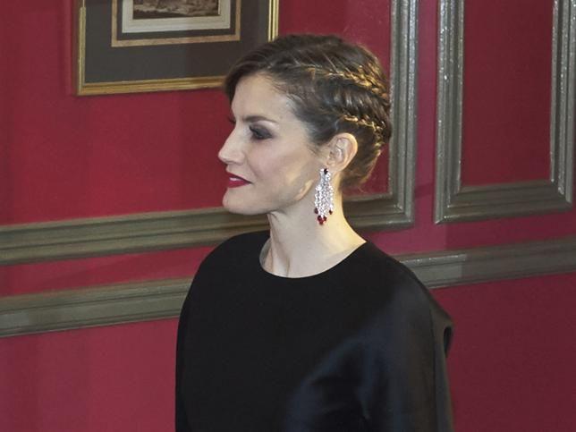 Doña Letizia con peinado de trenzas y maquillaje de labios rojos.