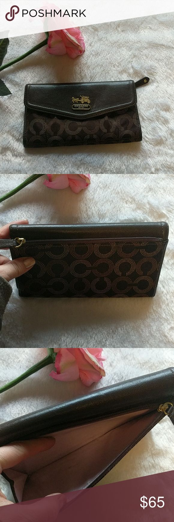 🎃Coach wallet🎃 In guc cute aunthentic Coach wallet, has several slots for your credit cards, cash, slot for change in back. ID, etc. Bundle & save! Coach Bags Wallets