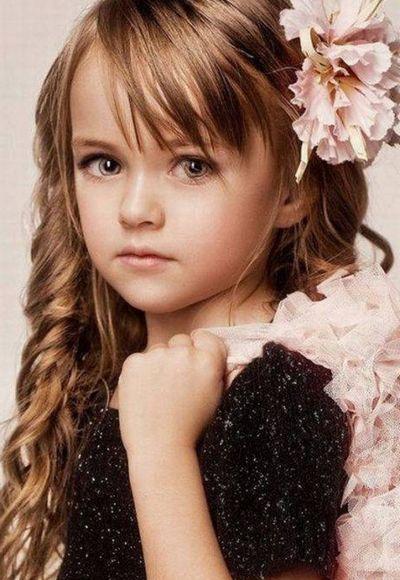 Детская прическа на длинные волосы с бантиком