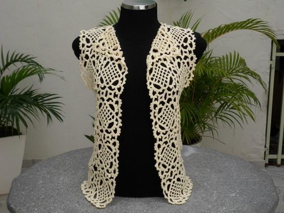 Colete em crochê, trabalhado com linha, podendo ser usado de duas maneira: com ou sem laçinho de fita. Veste manequim 40. Tamanhos maiores, preços sob consulta. R$90,00