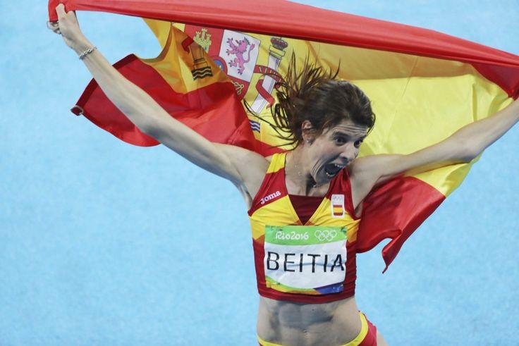 La atleta española Ruth Beitia celebra con la bandera de España la medalla de…