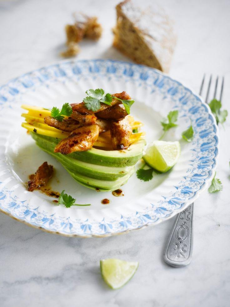 Bereiden: Maak een mix van de olie, de honing en de fijngehakte chilipeper. Kruid met peper en zout. Laat hierin de kippenreepjes marineren. Snij de avocado's in de lengte in twee. Verwijder de pit en schil en strijk in met limoensap. Kruid met versgemalen peper en zout. Snij de mango in fijne plakjes.