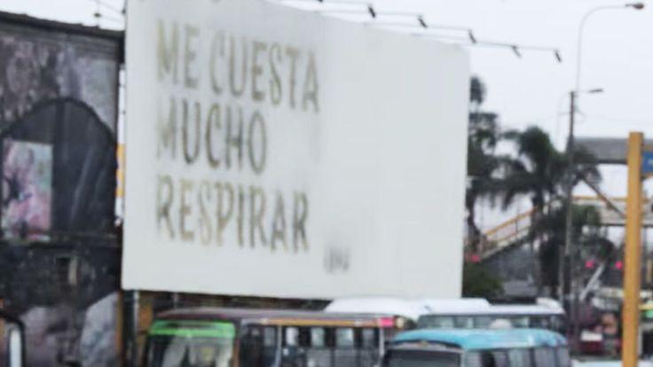 「息をするのも苦しい」ペルーの首都リマの幹線道路に設置された看板に、記された衝撃的な文字。これはあるガス会社による、大気汚染の危険性を訴えるユニークな取り組みのひとつ。浮き上がった切実な言葉は、一体誰からのメッセージ?