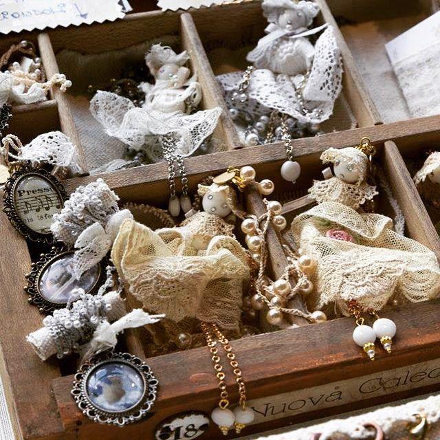 Batty,ciondolo bambolina#batterflyfirenze #pizzo #pizzoantico #fattoamano #handmade #pietredure #bijoux #collana
