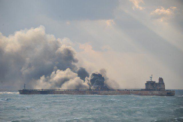 Explotó tanquero iraní en el Mar de China - Humo se observa en el cargero iraní accidentado. 9 de enero de 2018. Ministerio de transportes de China/ via REUTERS PEKÍN/SEÚL (Reuters) – Equipos de rescate tuvieron que alejarse el miércoles de un tanquero iraní que se accidentó en el Mar de China Meridional tras una explosión en la nave... - https://notiespartano.com/2018/01/10/exploto-tanquero-irani-mar-la-china/