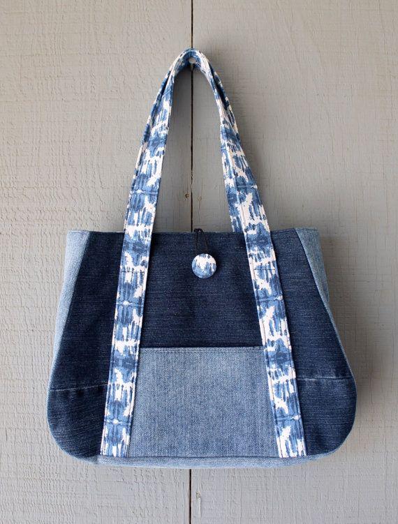 Se trata de un bolso hecho a mano de los pantalones vaqueros del dril de algodón reciclado/reutilizar y forrado con tela teñida inspirado lona azul y blanca y acentuado con dos bolsillos interiores. Un bolsillo adicional en la parte delantera entre las tiras de tela. La parte superior tiene un tejido cubierto botón y gamuza lazo para un cierre seguro. Este bolso está forrado con entretela a lo largo de la bolsa para robustez.  Dimensiones: 14 (W) x 11(H) x 3 1/2 (D) La correa es 20 con una…