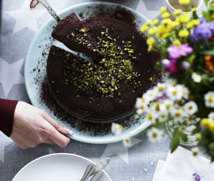 En god chokoladekage går man aldrig fejl af. Denne kage bages i en lille springform og er ikke så tung, men har en dejlig smag af chokolade. Server den med en blød pistaciecreme, hvis det skal være ekstra festligt.