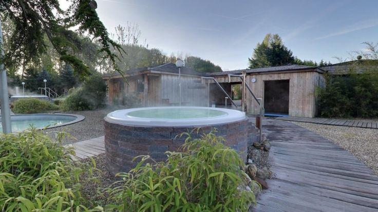 De hottubs waarin het water bubbelt met een aangename temperatuur van 38°C bevinden zich in de mediterrane buitentuin bij Elysium. Deze baden zijn perfect om, bijvoorbeeld na het dompelbad, het lichaam weer op te warmen.