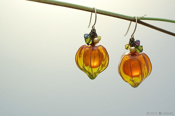 these are shaped like those flowers called Chinese laterns, such neat earrings! 鬼灯ピアス 別カットの画像:榮 - sakae - 簪作家
