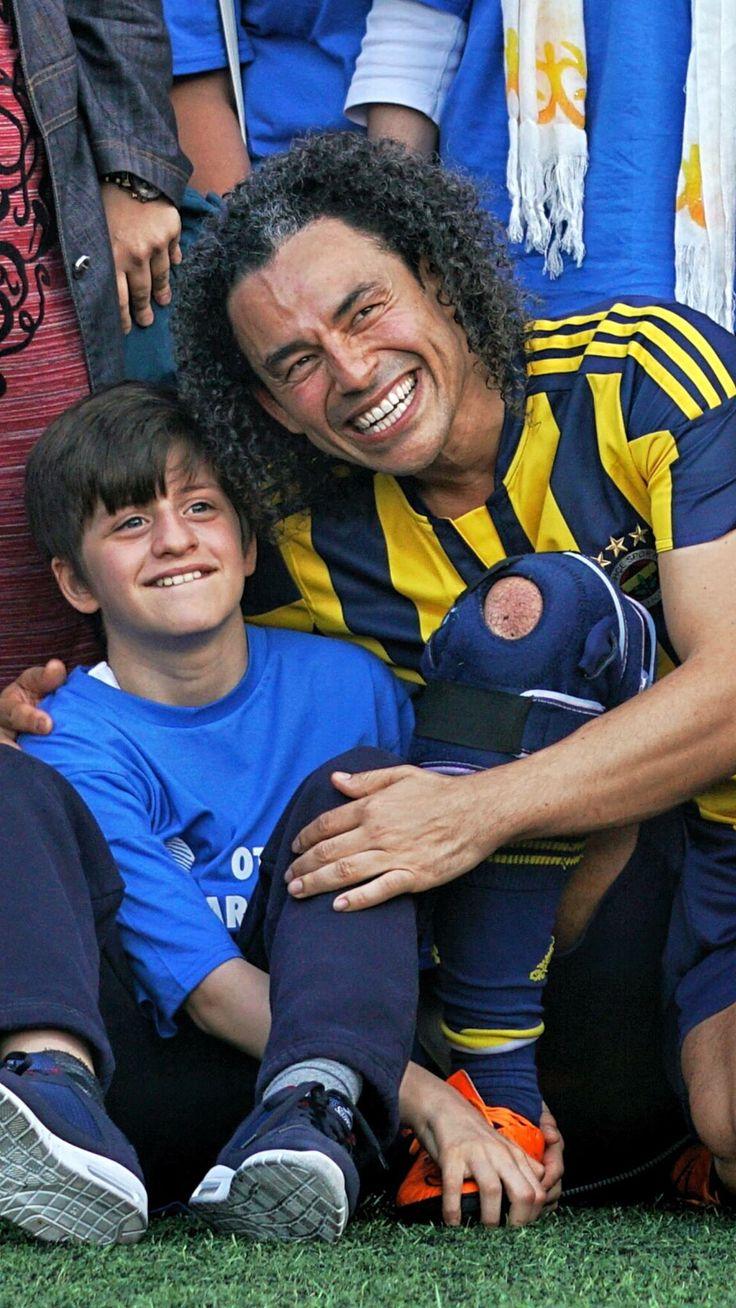 """Sosyal Sorumluluk İçin 25 yıl sonra Fenerbahçe'nin çubuklu formasını giymek, gol atmak ve farklı bireylere dikkat çekmek adına sahada olmaktan onur duydum...  Koca yürekli adamlar olarak """"Otizm hastalık, değil fark"""" dedik...  Bana tekrar deneme cesareti veren tüm farklı bireylere, SporBen kurucusu sevgili dostum Bener Erkorur'a ve bu organizasyonun gerçekleşmesini sağlayan Fenerbahçe Spor Kulübüne, Kızılay'a, Fenerbahçe TV'ye teşekkür ederim..."""