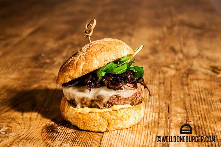 """WELLDONE Pane """"Trappo"""", 160gr di macinato misto vitellone/suino, sfumato con birra bionda e salsa worcester, formaggio di Pienza nero, cipolle caramellate, rucola e senape puntinata #burger"""