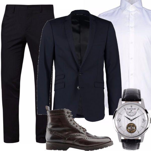 Esattamente di classe questo uomo lo vedo così. Pantalone formale slim in un blu notte, camicia dal taglio splendido Versace e giacca di stile blu monopetto. Uno stiletto testa di moro come calzatura.