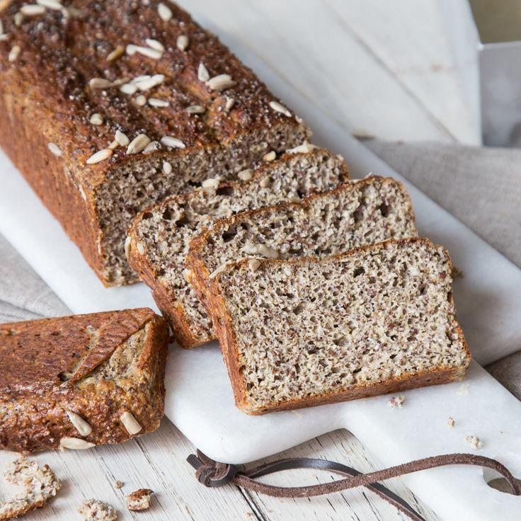 Low Carb und Brot müssen kein Widerspruch sein. Tausche Weizenmehl gegen Leinsamen, Quark und Chia-Samen und back dir deine kohlenhydratarme Stulle selbst.