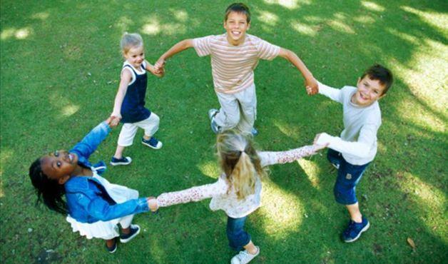 Ciranda e amarelinha são algumas das atividades que divertem e ensinam a molecada