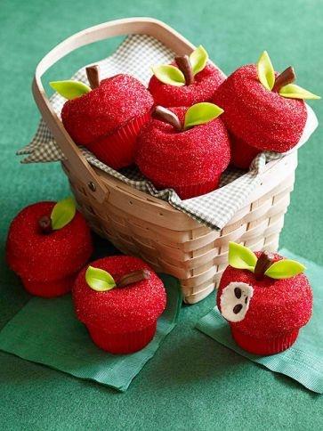 Junta y agrega mini rosquillas sobre los pastelillos y báñalos en chispitas brillantes. Utiliza rollitos de caramelo para los tallos y un glaseado color verde para las hojas.
