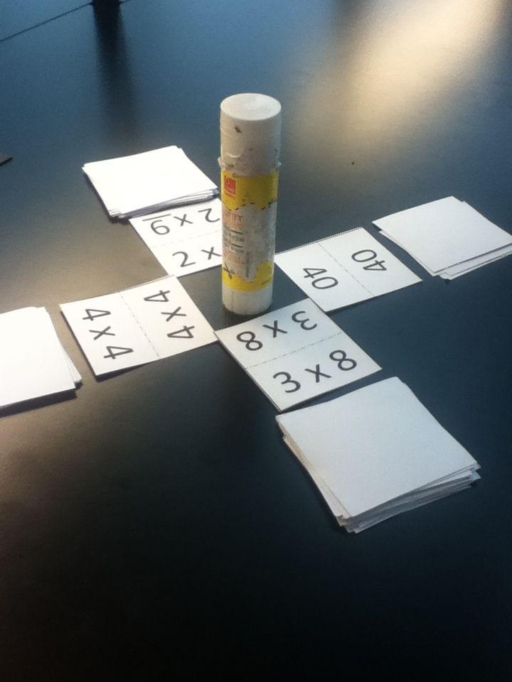 Jungle speed tafels. Spel gebaseerd op Jungle Speed om de tafels in te oefenen. Elke speler heeft een pakje kaarten. Om de beurt draai je een kaartje om. Ligt er 2 keer dezelfde uitkomst op tafel moet je om ter eerst te totem grijpen.