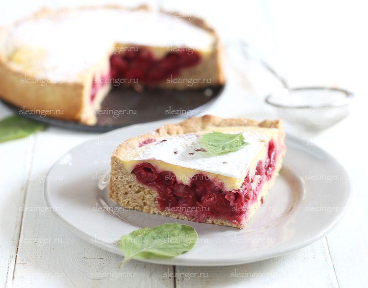 Очень вкусный, нежный и легкий вишневый пирог. В сезон лучшего всего использовать свежие ягоды, но такой пирог получается очень вкусным и с замороженной вишней.  Ингредиенты (для формы 18 см.)